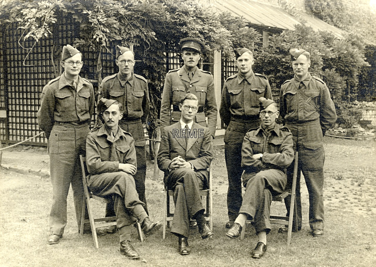 Group photograph: Group 32 – CA, Coastal Artillery Radar Course